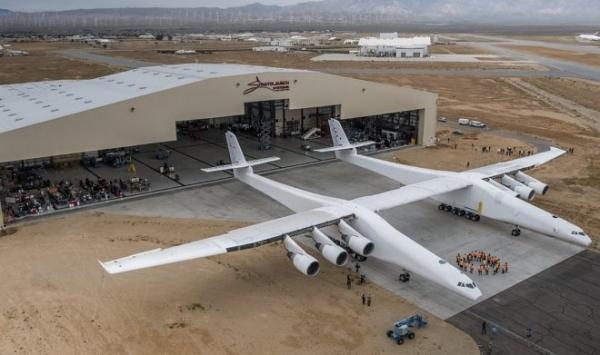 Самый большой в мире самолет Stratolaunch совершил первый полет